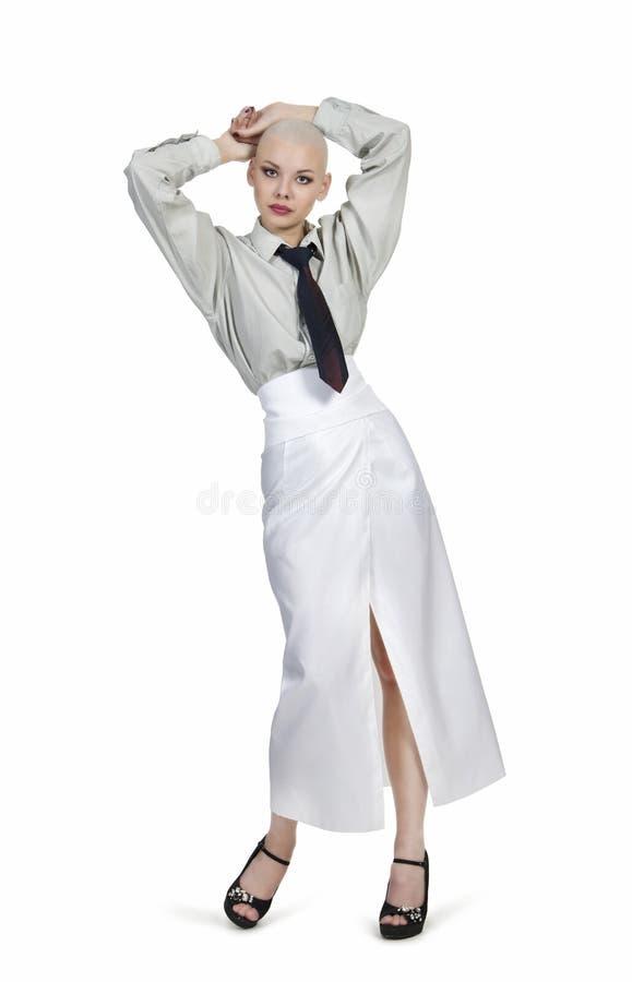 Emocjonalny portret dziewczyna, ogolony łysy, w lekkiej koszula z krawatem i białą spódnicą zdjęcia stock