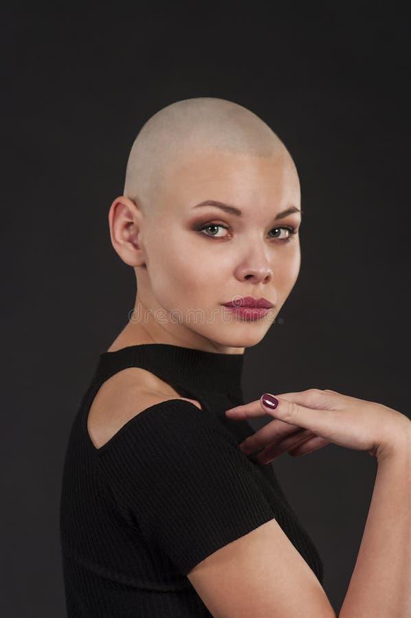Emocjonalny portret dziewczyny ogolony łysy obrazy stock