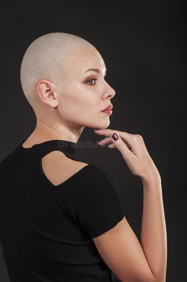 Emocjonalny portret dziewczyny ogolony łysy zdjęcia stock
