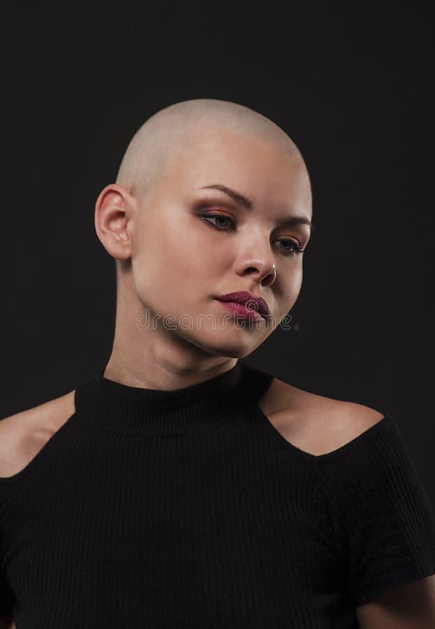 Emocjonalny portret dziewczyny ogolony łysy obraz stock