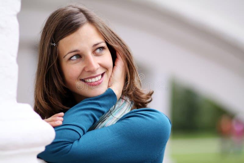 Emocjonalny portret rozochocona dziewczyna zdjęcie royalty free