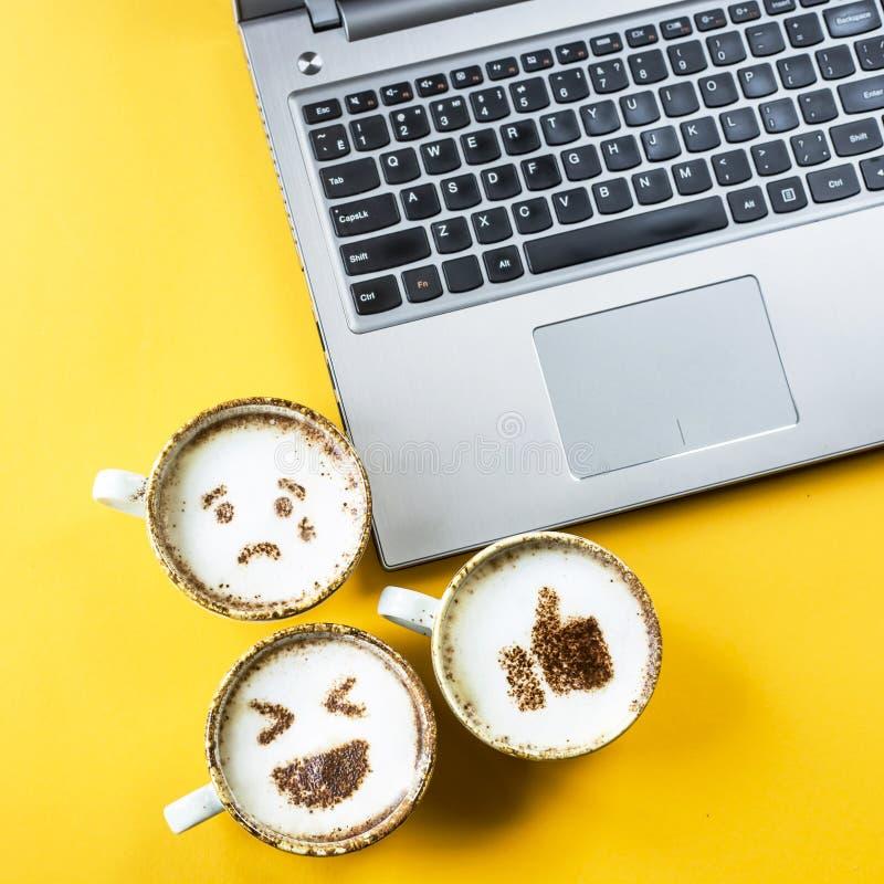 Emoji para uma comunicação em redes sociais foto de stock