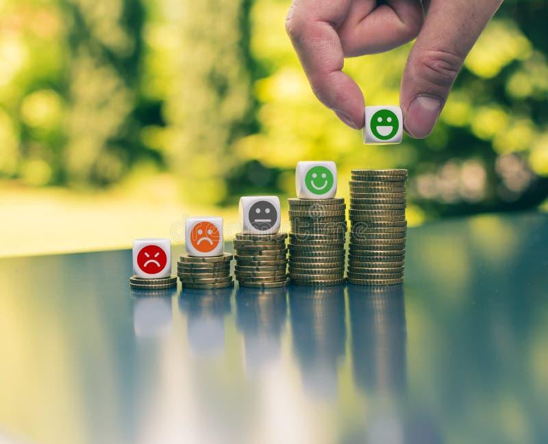 Emojis na wzrastających wysokich stertach monety obrazy stock
