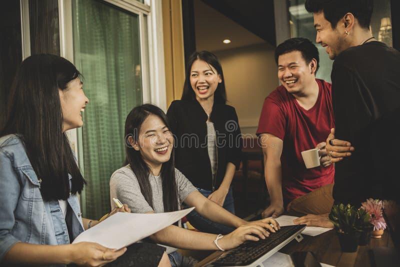 Emot acertado de la felicidad del trabajo independiente más joven asiático del trabajo en equipo imágenes de archivo libres de regalías