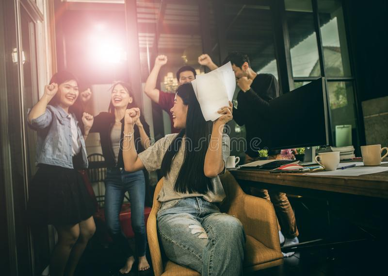 Emot acertado de la felicidad del trabajo independiente más joven asiático del trabajo en equipo foto de archivo