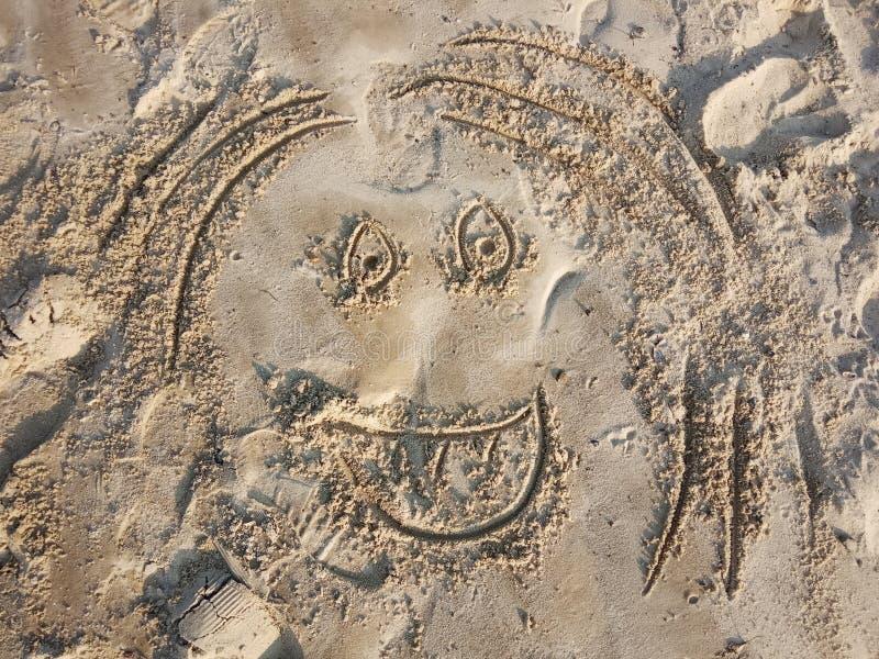Emoticon pintado na areia Fisionomia engraçada, cara Sorriso na praia fotos de stock royalty free