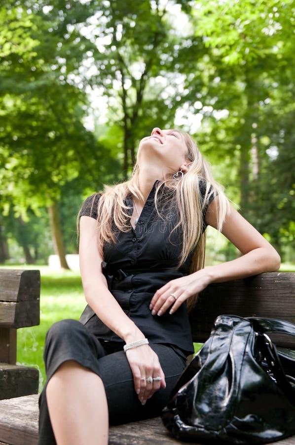 Emotie - lachende vrouw in openlucht stock fotografie