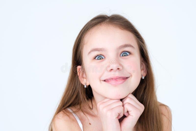 Emotie schadelijk speels ongehoorzaam glimlachend meisje stock afbeelding