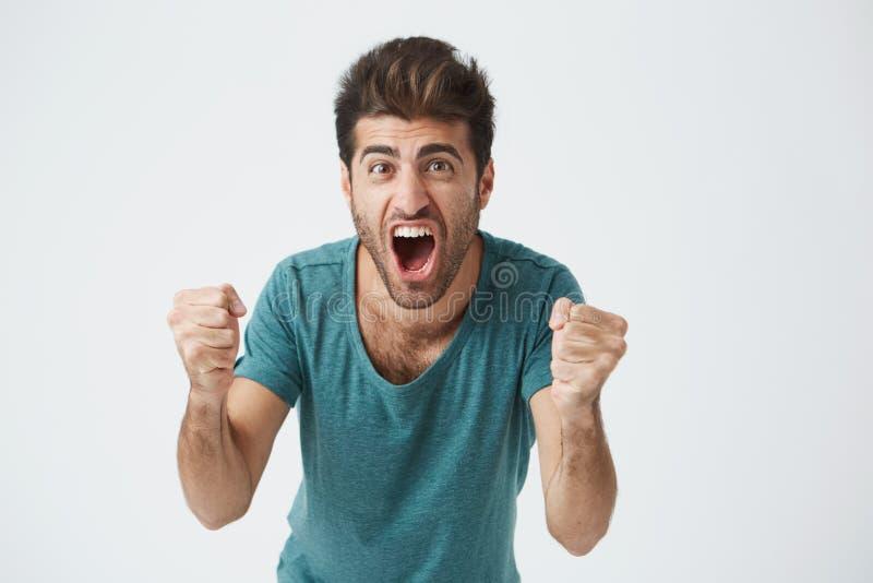 Emoties en voltooiingsconcept Sluit omhoog geschoten van gelukkige succesvol weared student of werknemer die terloops gillen met stock fotografie
