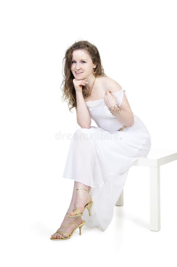 Emoties van mooi meisje in een witte kleding royalty-vrije stock afbeelding