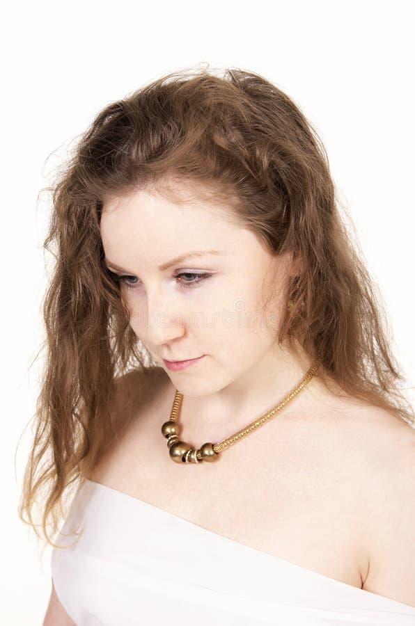Emoties van mooi meisje in een witte kleding stock foto