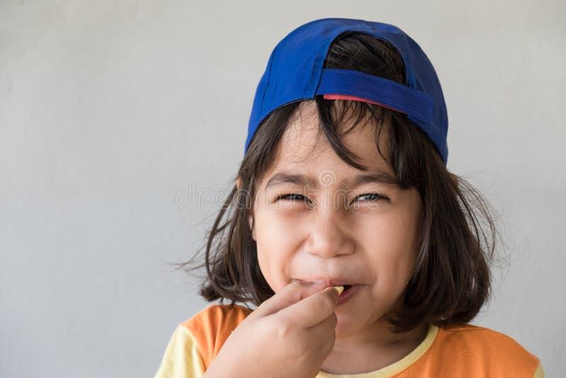 Emoties van zuur op het gezicht van het meisje stock afbeeldingen