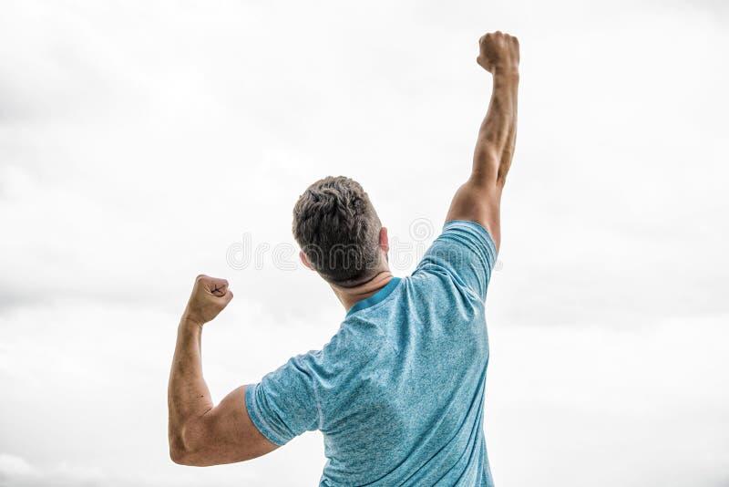 Emotionale Explosion Muskul?ser hinterer Mann lokalisiert auf Wei? Trainersportler in der Weste in Richtung zum Erfolg Feiern Sie stockfoto