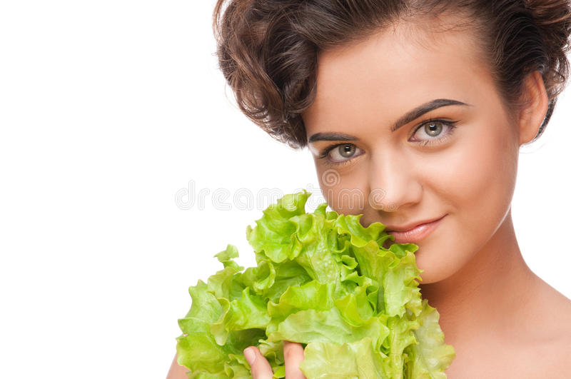 Emotionale Frau der Nahaufnahme mit grünem Kopfsalat stockfotos