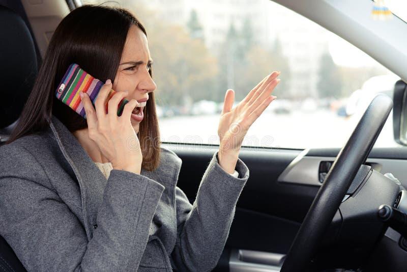 Emotionale Frau, die das Auto fährt stockfotos