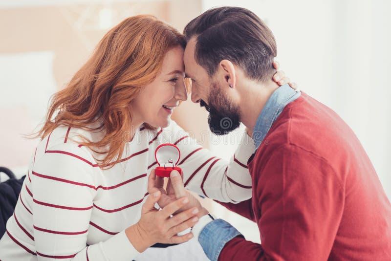 Emotionale Frau, die nach ihrem geliebten Mann macht einen Antrag glücklich sich fühlt stockbilder