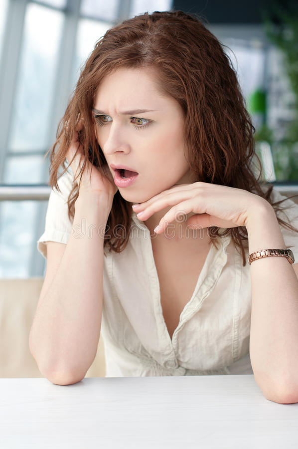 Emotionale Geschäftsfrau mit Telefon am Kaffee lizenzfreie stockbilder