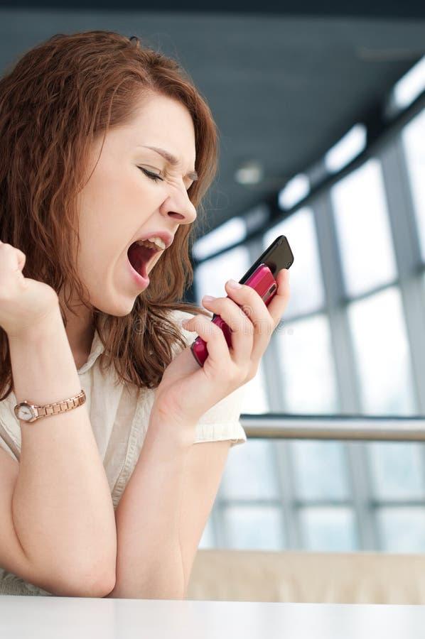 Emotionale Geschäftsfrau mit Telefon am Kaffee stockfotografie
