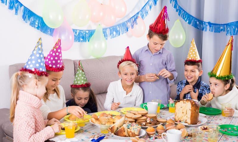 Emotionale Jugendliche, die zum Geburtstag zu Abend essen stockbild