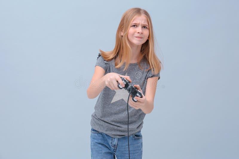 Emotionale Jugendliche mit Videospielprüfer stockfotos