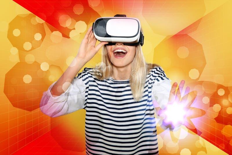 Emotionale junge Frau, die Videospiele in Gläsern O der virtuellen Realität spielt stockfotos
