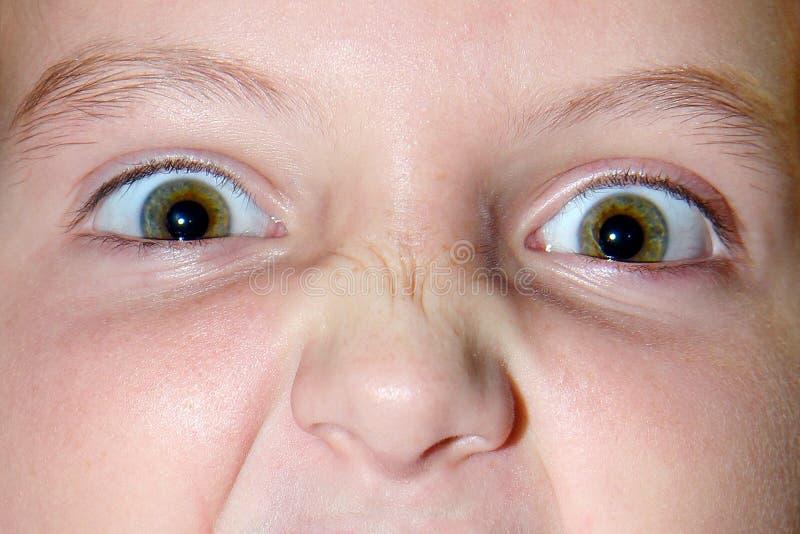 Emotionaler Ausdruck der Augen der kleinen Mädchen mit Falten an lizenzfreie stockbilder
