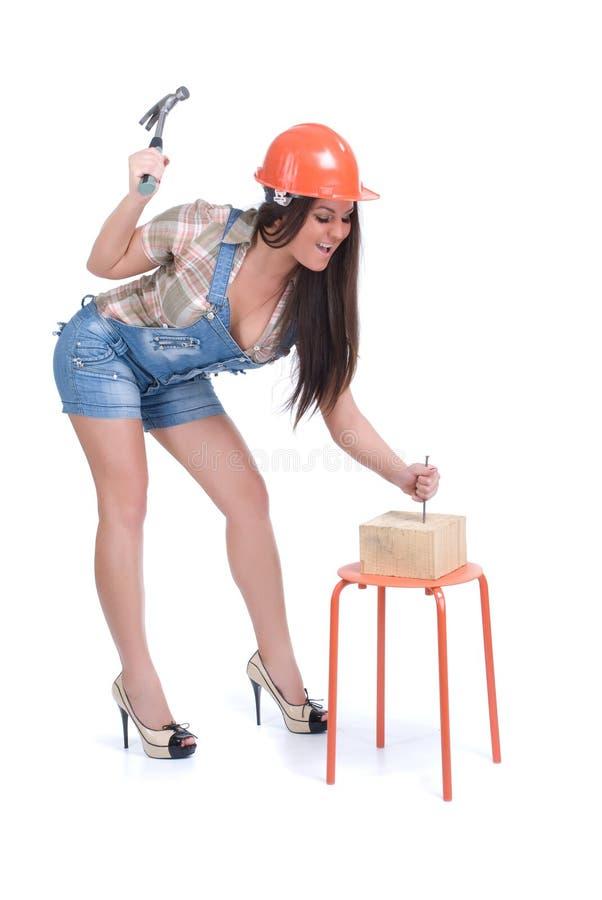 Emotionaler Frauenhammer im Nagel lizenzfreies stockfoto