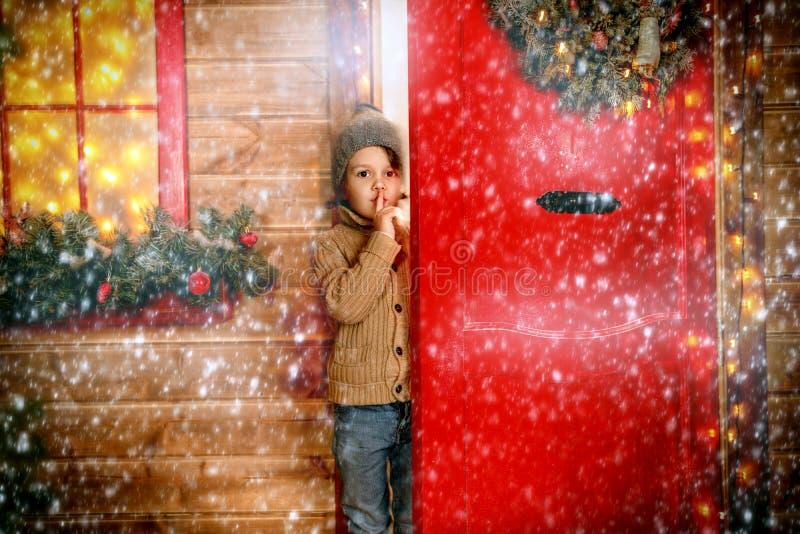 Emotionaler Junge nahe Tür lizenzfreie stockfotografie