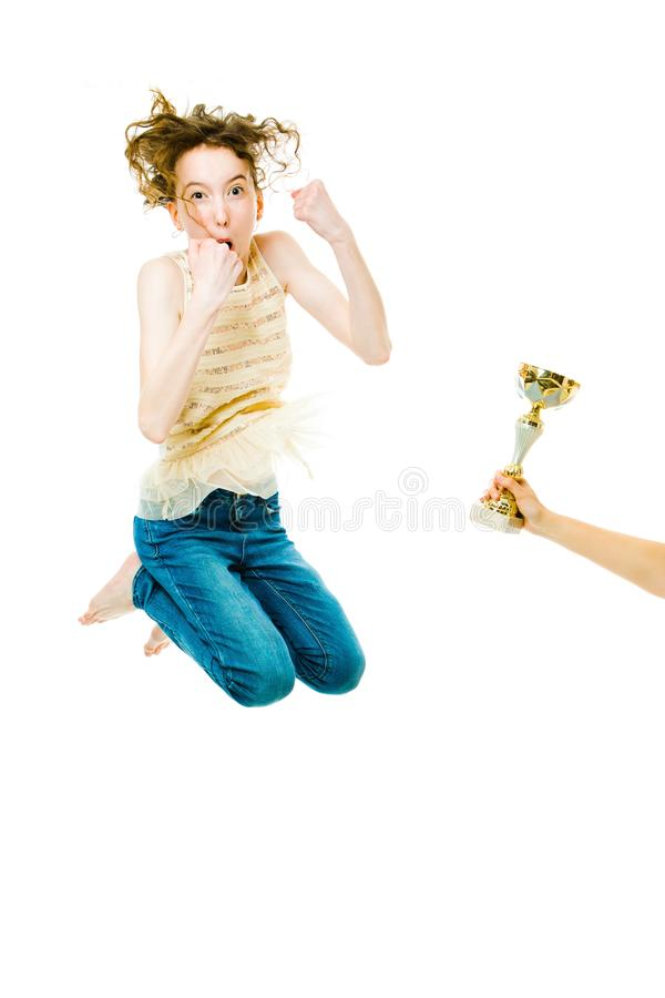 Emotionaler Sprung des weiblichen Siegers gewinnende Trophäe erhalten stockfoto