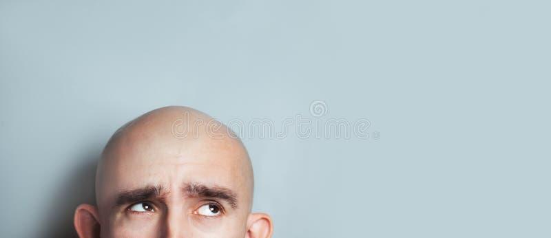 Emotionales Porträt des überraschten kahlen Mannes lizenzfreies stockfoto