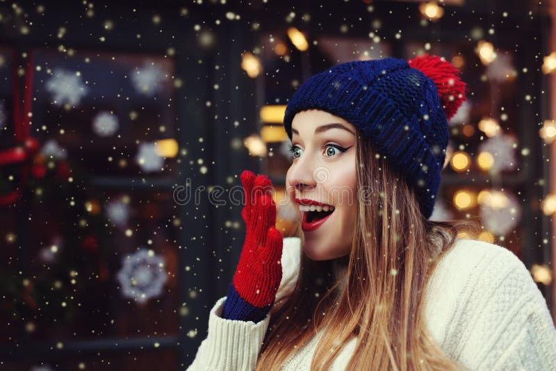 Emotionales Porträt Treet der jungen Schönheit schauend überrascht Dame, die stilvoller klassischer Winter gestrickte Kleidung tr stockbild