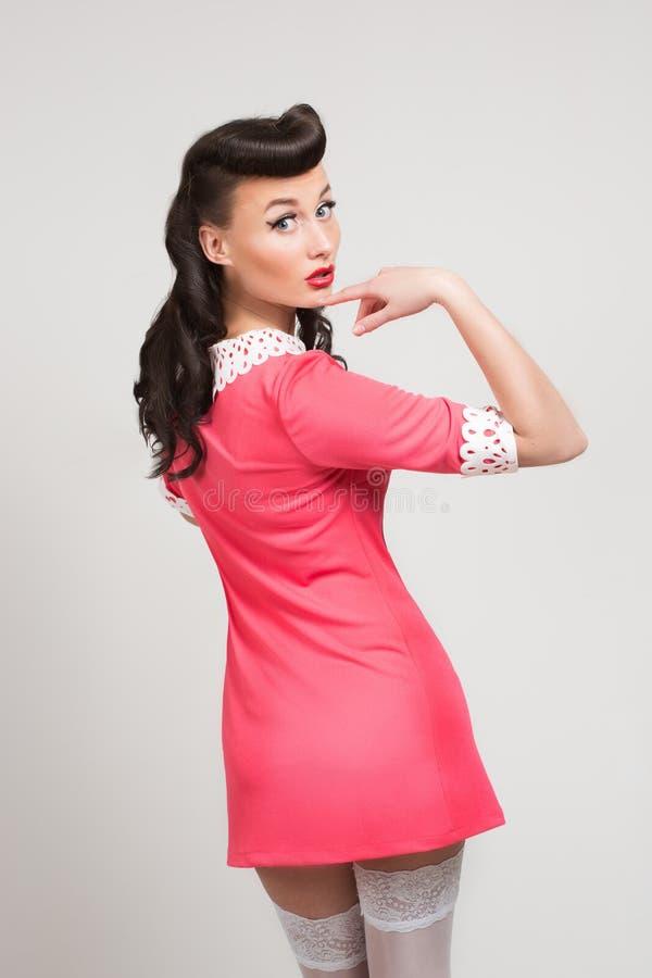 Emotionales sexy Pin-up-Girl im korallenroten Kleid lizenzfreie stockfotos