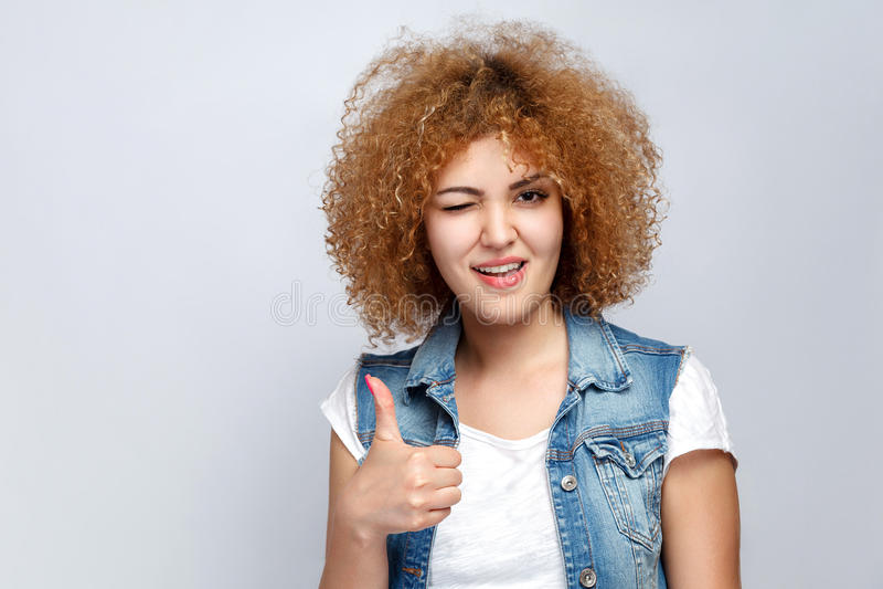 Emotioneel krullend haarmeisje in toevallige stijl stock foto