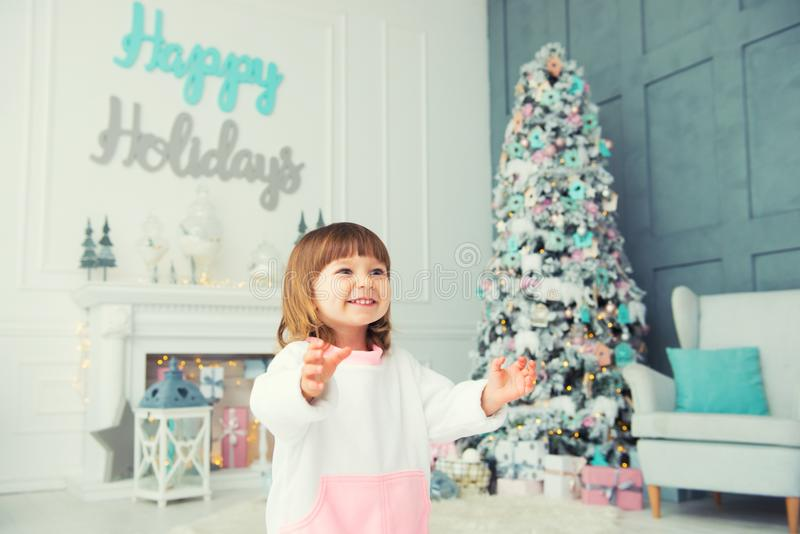 Emotioneel Meisje Gelukkig Nieuwjaar Genoegen, geluk en verrukking van Nieuwjaar` s giften royalty-vrije stock fotografie