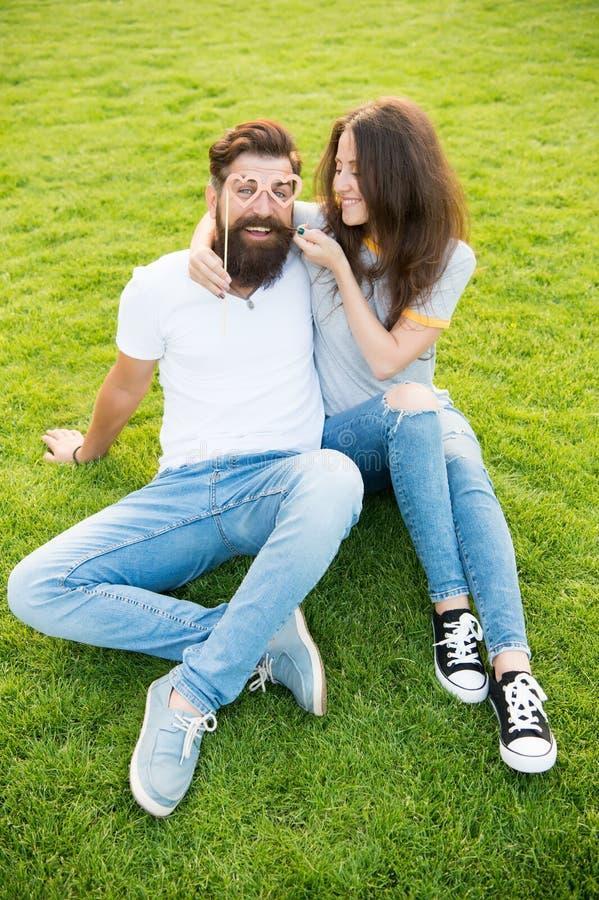 Emotioneel paar die geluk uitstralen Het verhaal van de liefde Paar die groen gazon ontspannen gelukkig samen Paar in vrolijke li stock foto