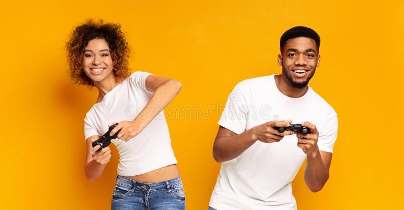 Emotioneel paar het spelen videospelletje met bedieningshendels royalty-vrije stock fotografie