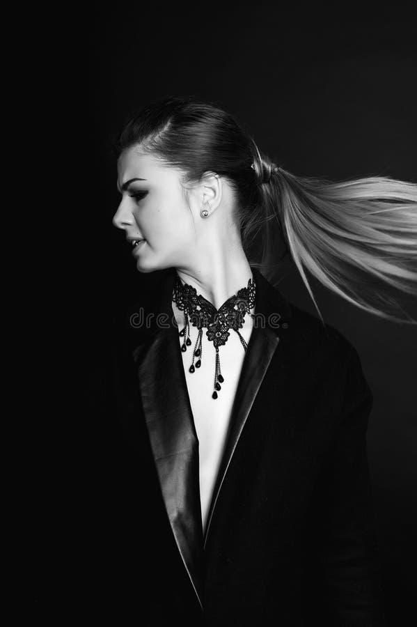 Emotioneel portret van een jong mooi meisje die vrees, woede die, het schreeuwen uitdrukken, over zwarte achtergrond stellen Perf royalty-vrije stock foto's