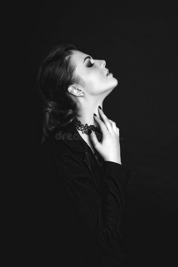Emotioneel portret van een jong mooi meisje die vrees, woede die, het schreeuwen uitdrukken, over zwarte achtergrond stellen Perf royalty-vrije stock afbeelding