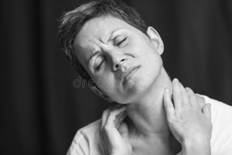 Emotioneel portret van een volwassen vrouw met kort haar en gesloten ogen Close-up Rebecca 36 stock afbeeldingen