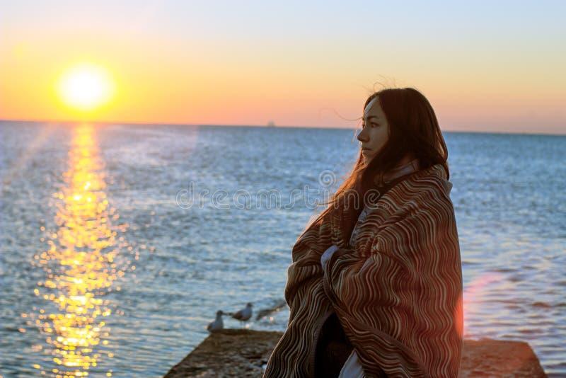 Emotioneel portret van meisje op pijler royalty-vrije stock foto's