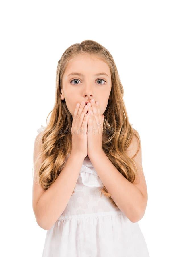 emotioneel portret van weinig Kaukasisch meisje die behandelend mond met handen kijken royalty-vrije stock fotografie