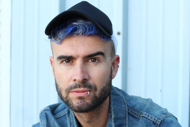 Emotionele betoverende stedelijke blauwe punk de manierstijl van de haardisco stock foto