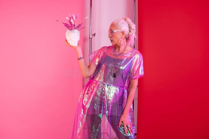 Emotionele blondepensionering die als model in het schieten werken royalty-vrije stock foto