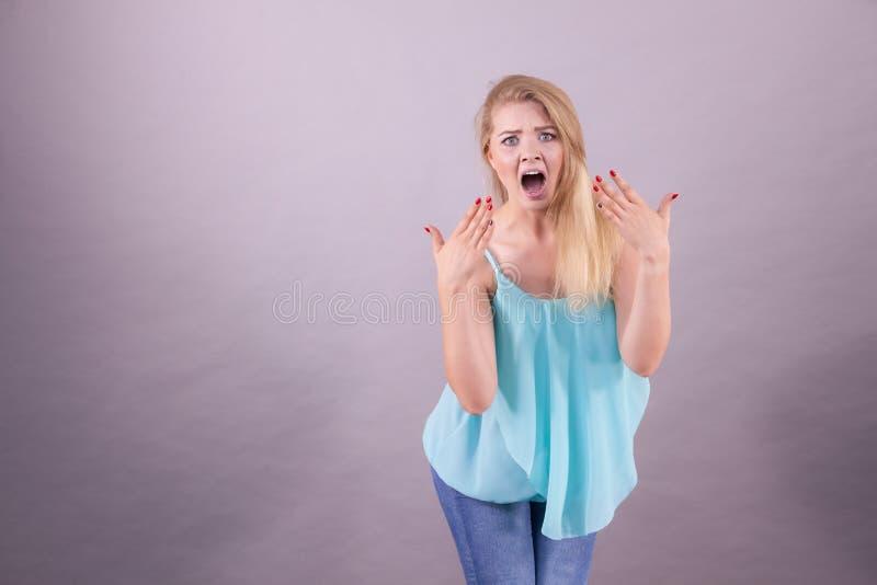 Emotionele doen schrikken vrouw stock afbeeldingen