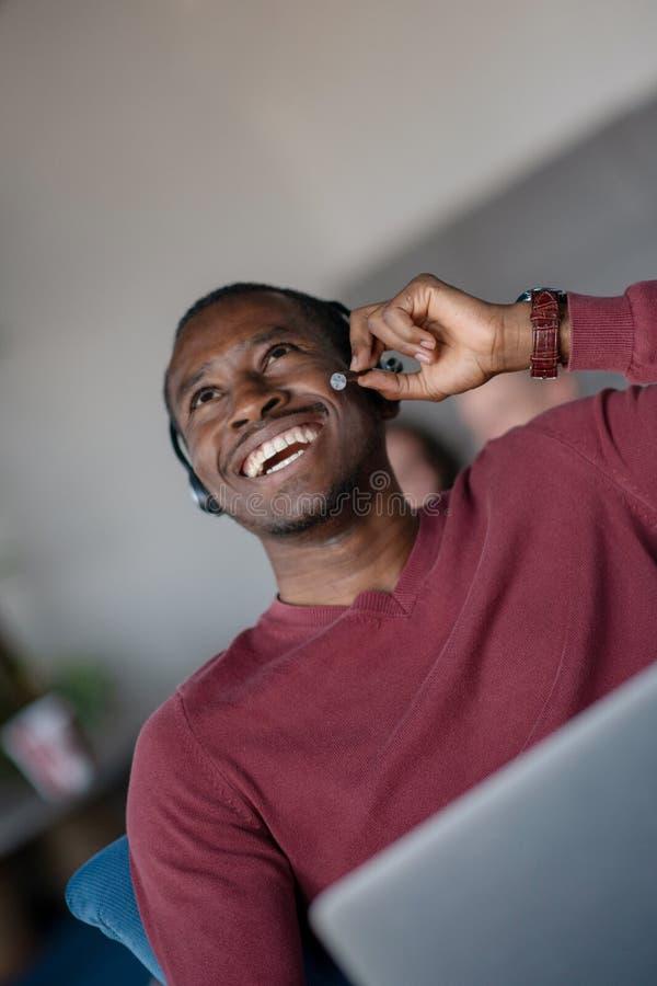 Emotionele donkere gevilde mannelijke freelancer die voltooid project met succes vieren stock foto's