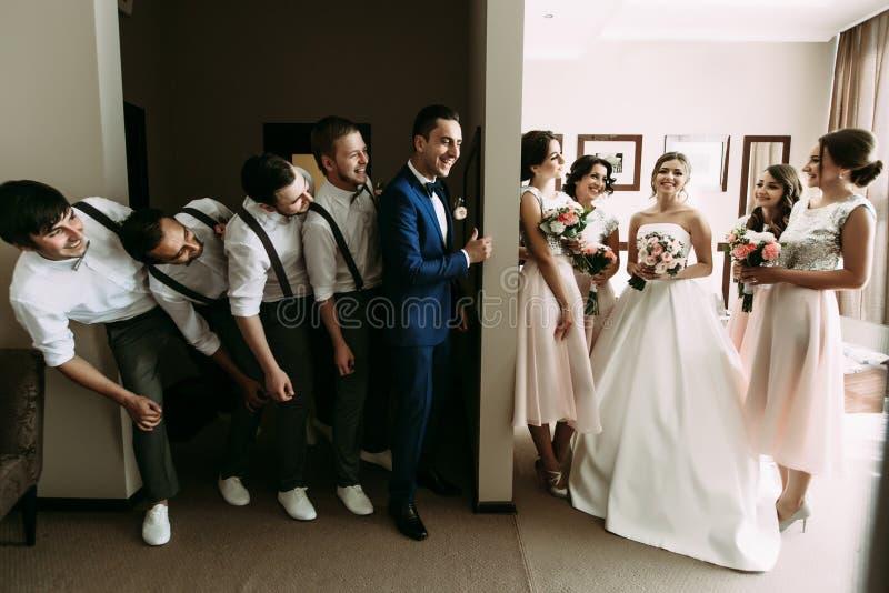 Emotionele foto van het paar en hun gekke vrienden stock afbeeldingen