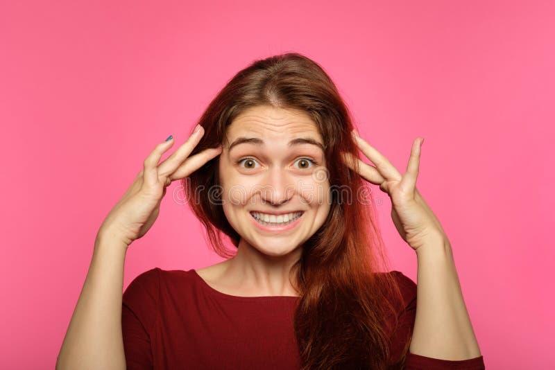 Emotionele gezicht verbaasde glimlachende blije heel vrouw royalty-vrije stock afbeeldingen