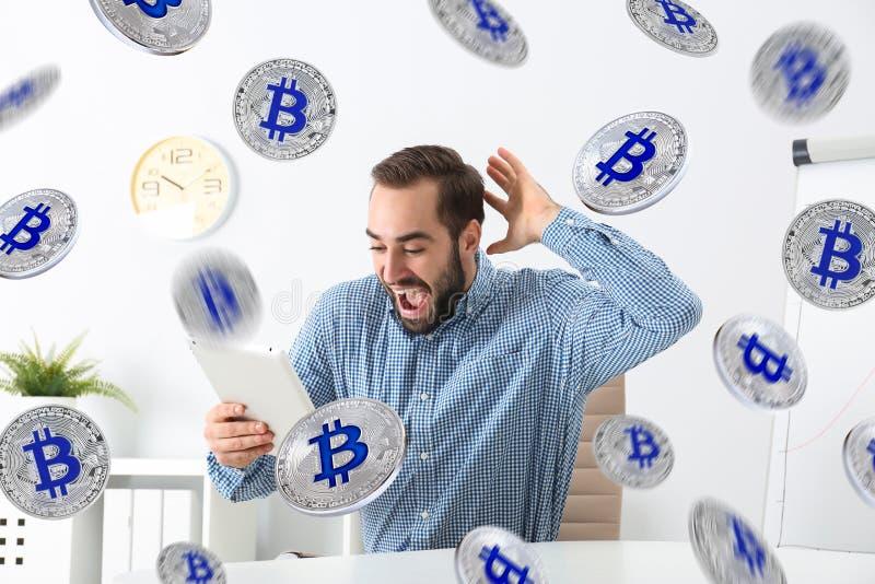 Emotionele jonge mens met tablet het vieren overwinning royalty-vrije stock afbeelding