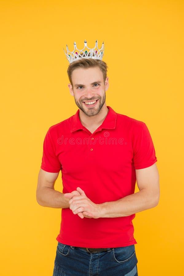 Emotionele koning Toekenning van het jaar Charisma is mijn supermacht Charming prins De handbediende draagt het kroonsymbool van  stock foto