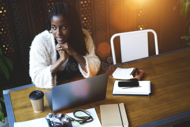 Emotionele mooie afro Amerikaanse vrouw royalty-vrije stock afbeeldingen